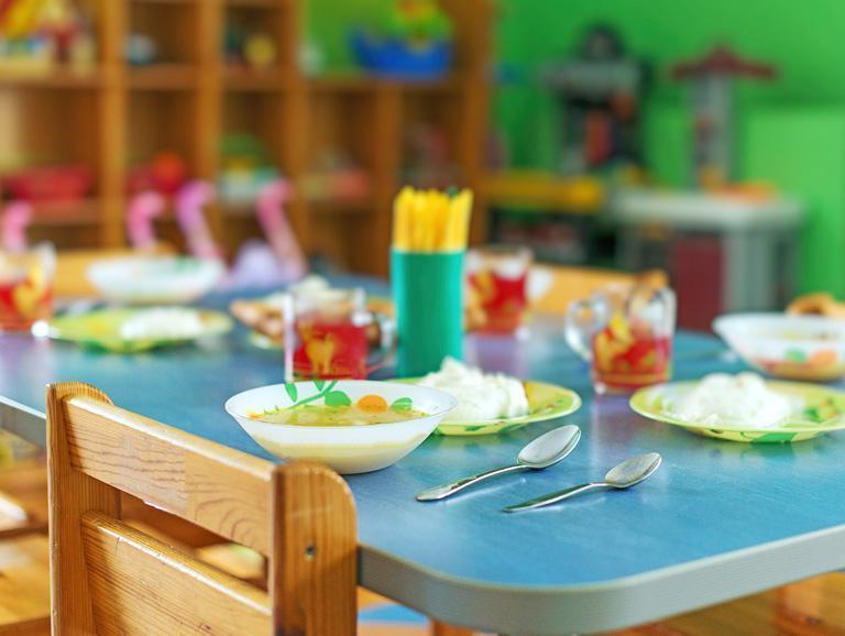 stół zjedzeniem wprzedszkolu